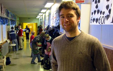 Børge Røhjell er lærer ved Verket skole i Folldal. Der har tøffere hybelhverdag vært tema på foreldremøte.
