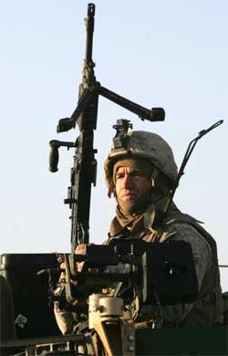 Amerikansk soldat på vakt i Al Anbar-provinsen i Vest-Irak. (Foto: Scanpix / Reuters / Erik de Castro)