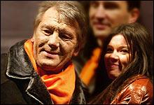 Eurosong på alvor: Den nyvalgte presidenten feirer seieren med Eurosong-vinner Ruslana (Foto: Efrem Lukatsky/AP)