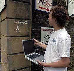 Trådløst nettverk i nærheten! I London ble det tidligere merket hvor man kunne finne trådløse nettverk å snylte på. (Foto: AP/Scanpix)