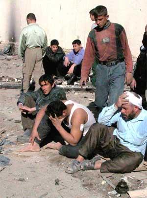 Irakere som ble skadd av en bombe i Samarra torsdag. (Foto: Scanpix / AP / Hameed Rashid)
