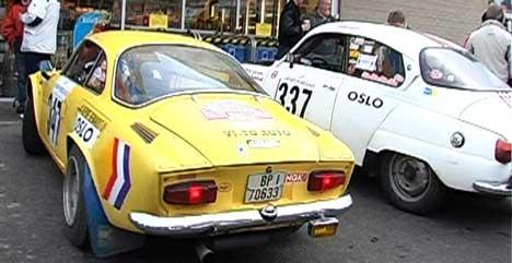 Renault Alpine (t.v.) og Saab 96 er to av bilene som er med. (Foto: Helge Holst NRK Østfold )