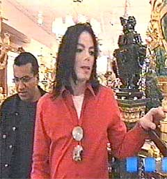 """Jackson med Bashir på slep shopper for ca. 40 millioner kroner i løpet av noen minutter i dokumentaren """"Living with Michael Jackson"""". Foto: AP."""