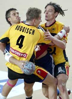 Kristian Kjelling presses mellom tyskerne Frank von Behren og Ilover Roggisch. (Foto: AFP/Scanpix)