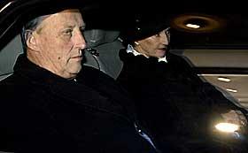 Kongen og dronningen vil være til stede under minneseremonien. Bildet viser kongeparet på vei til forbønnsgudstjenesten i Oslo domkirke 29.desember. Foto: Håkon Mosvold Larsen, Scanpix