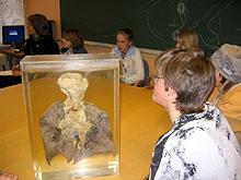 Elevene fra Ugla fikk se en lunge tydelig preget av lang tids røyking Foto: Helena Sæter / NRK