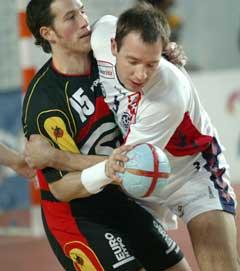 Tysklands Torsten Jansen i kamp med Serbias Nikola Kojic. (Foto: AFP/Scanpix)