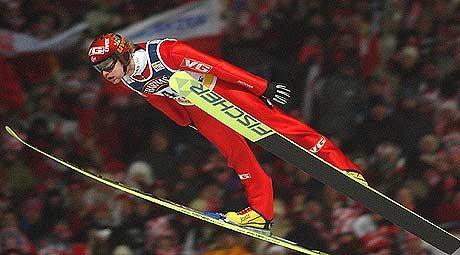 Roar Ljøkelsøy ble nummer tre i Sapporo. På bildet hopper han vinner hoppet i Zakopane forrige helg. Foto: AP/Alik Keplicz