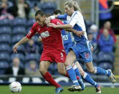 Blackburns Robbie Savage i kamp med Colchesters Craig Fagan. (Foto: AP/Scanpix)