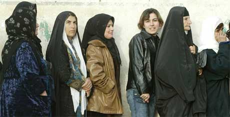 Kvinner venter på å få stemme i den kurdiske byen Suleimaniya i dag tidlig. (Foto: Scanpix / AFP / Patrick Baz)