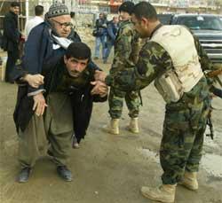 Mohammed Karim Khader (80) hjelpes til valglokalet i Suleimaniya. (Foto: Scanpix / AFP / Patrick Baz)