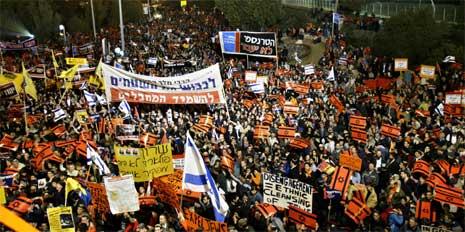 Tusenvis av mennesker demonstrerte i Jerusalem i dag. (Foto: AP/Scanpix)