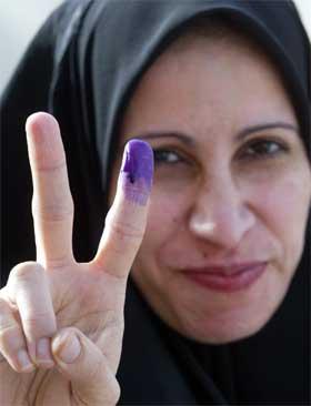 MERKET: Blekket setter sitt merke på pekefingeren til de som har stemt. Valger er en seier for det irakiske folk, mener mange. (Foto: Scanpix)