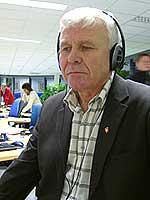 Odd Tore Fygle lytter på samferdselsministerens pressekonferanse - direkte på NRK. Foto: Ivar Jensen