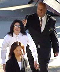 Michael Jackson ankommer rettslokalet mandag. (Foto: EBU)