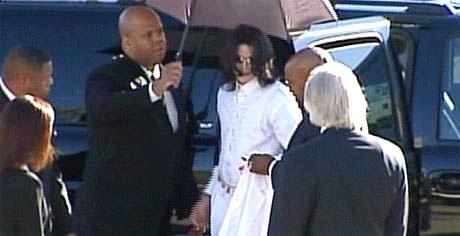 Michael Jackson stiger ut av bilen og blir tatt imot av advokatene sine. (Foto: EBU)