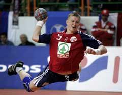 Frank Løke kaster seg inn og scoret mot Kroatia. (Foto: Bjørn Sigurdsøn / SCANPIX)