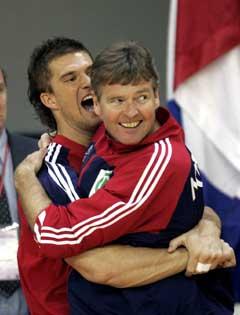 Kristian Kjelling og trener Gunnar Pettersen jubler etter Norges seier over Kroatia. (Foto: Bjørn Sigurdsøn / SCANPIX)