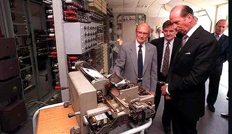Hertugen av Kent ser på printeren til Colossus, datamaskinen som knekte tyske koder under krigen (Foto: AP/Adam Butler)
