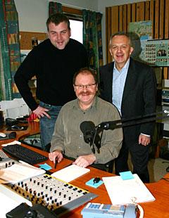 Distriktsredaktør Oddbjørn Skarbøvik og P1-sjef Tommy Hansen flankerer formiddagsvert Gunnar Sandvik (Foto: Jon-Annar Fordal)