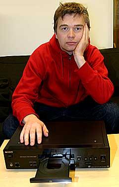 CD-spilleren til prosjektleder Stian Fjelldal er tom. Send ham en demo! Foto: Arne Kristian Gansmo, NRK.