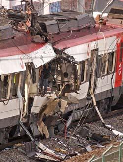 Bombene mot Madrids pendlertog i rushtiden gjorde enorme skader. (Foto: F.Alvardo, AP)