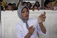 Leger Uten Grenser vaksinerer barn i Aceh for å unngå epidemier. (Foto: F.Zizola, MSF)