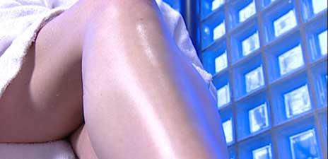 Glatte, smidige og hårløse legger er skjønnhetsidealet for mange kvinner og menn. (Foto: NRK)