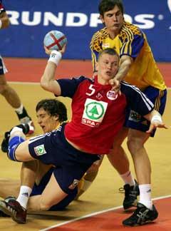Frank Løke kommer seg forbi Sveriges Fredrik Ohlander og scorer. (Foto: Reuters/Scanpix)