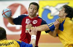 Frode Hagen skyter forbi Sveriges Marcus Ahlm. (Foto: Reuters/Scanpix)