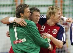 Steinar Ege, Johnny Jensen og Bjørge Lund jubler etter seieren over Sverige. (Foto: AP/Scanpix)