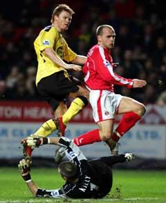 John Arne Riise ser ballen gå i mål mot Charlton. (Foto: AFP/Scanpix)