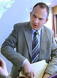 Tom Luka frå Kripos la fram prova frå åstaden i tingretten i dag. Foto Inge Skavøypoll NRK.