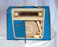 """Radionette """"Combi"""" 1959. med innebygget platespiller. Førsteversjonen hadde både rør og transistorer. Radioen var etter reklamen utstyrt med oppladbart """"evighetsbatteri"""". Foto: NRK"""