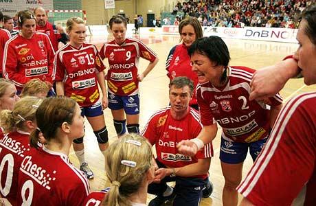 Trine Haltvik oppildner lagvenninnene i en timeout i Nidarøhallen (Foto: Andreas Wivelstad/Byåsen håndball)