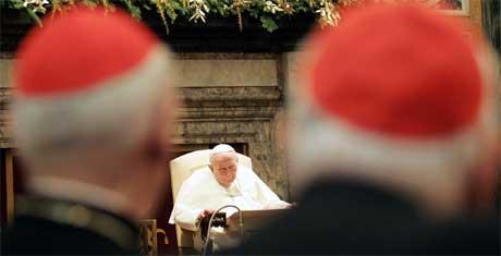 Den aldrende paven mottok kardinaler og biskoper under en spesiell seremoni før messen på julaften i fjor (Scanpix / AFP)