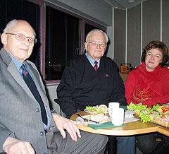 Nøtteknekker-laget fra Harstad består av Knut Saue, Beate Ingebrigtsen og Asbjørn Eidnes, alle fra Harstad. Foto: NRK.