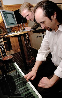 - Kanskje vi skal legge på litt piano, lurer Steinar Albrigtsen og kommer med forslag til studiosjef og tekniker Ernst Nikolaisen. Foto: Gitte Johannessen, NTB.