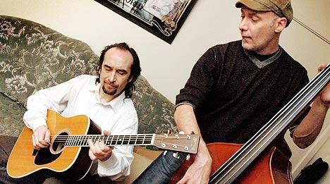 Steinar Albrigtsen og bassist Andy Nesblom i sofakroken i studio under arbeidet med den nye skiva. Foto: Gitte Johannessen, NTB.