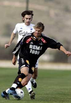 Rosenborgs Aleksander Ødegaard, fulgt av Magne Hoseth i kampen mot FC København i La Manga Cup fredag ettermiddag. (Foto: SCANPIX )