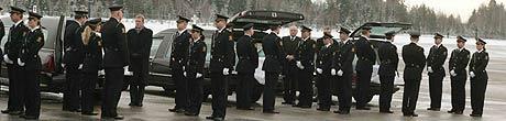 FLERE OMKOMNE: Søndag lander et fly med fem kister og to urner av norske borgere på Gardermoen. Bildet er tatt under en seremoni forrige søndag, da sju norske omkomne ble bragt hjem til Norge. (Foto: Ørn Borgen/Scanpix)