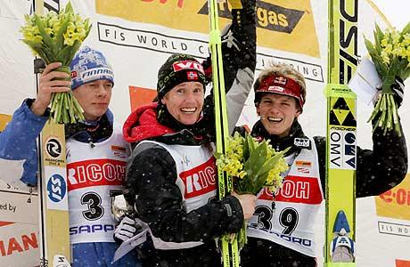 Roar Ljøkelsøy øverst på seierspallen flankert av Risto Jussilainen og Thomas Morgenstern Foto: Reuters/Toru Hanai)