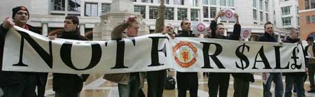 Uniteds supportere viser tydelig hva de mener om Malcolm Glazers planer om å kjøpe laget. (Foto: AP)