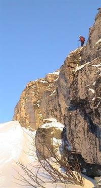 Halvor Drøpping vurderer fjellhammaren før han hoppar. Frå innspeling av skikøyring 2. juledag. (Foto: Gudmund Kårvatn)