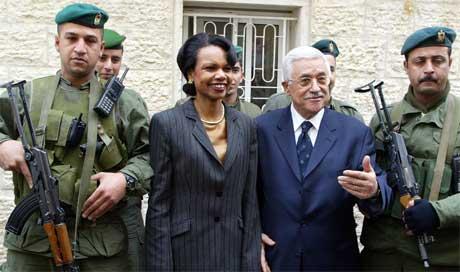 Rice og Abbas med palestinske sikkerhetsvakter foran Arafats gamle hovedkvarter (Scanpix/AFP)