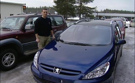 Daglig leder ved Elverum sport bilsalg, Terje Olsen, ved en av bilene som ble stjålet i helgen. Bilen har fått skader for mellom 70.000 og 100.000 kroner.