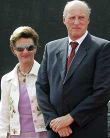 Dronning Sonja og Kong Harald kommer begge til Svinesund under åpningen av den nye brua. Foto: Lise Åserud / SCANPIX