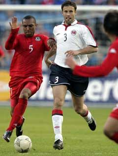 Ronny Johnsen i aksjon under landskampen mot Wales i fjor, som ble hans siste. (Foto: Tor Richardsen / SCANPIX)