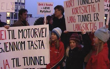 100 demonstranter møtte fram under bystyremøtet i går. Foto: Ole Andreas Bø
