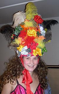 Kirsten Bjerkestrand med høy hatt. Denne kreasjonen tok det kostymemakerne Lise Vinblad og Torill Bjerke 2,5 dag å lage. Foto: NRK